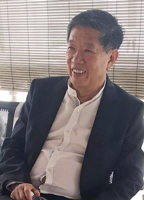 陈国平在庭外休息。