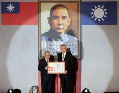 国民党主席吴敦义(右)以中央评议委员会议主席团主席许水德(左)表示与送当选证书后发表就职。