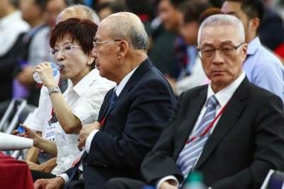 洪秀柱(左)跟吴敦义(右)隔着吴伯雄使为,个别人口心碎相。