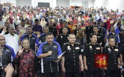 哈芝贾伊斯(左3)带300单非政府组织代表并宣誓,鉴于祖基菲里(右3)以及哈芝阿都拍兹斯(右2)伴随见证。