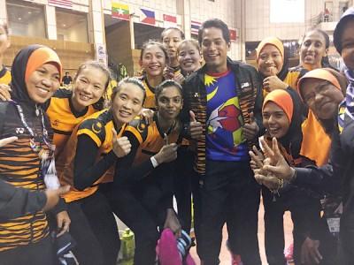 见证大马代表团首战胜利的青年与体育部长凯里,与英式女篮队员开心合影。