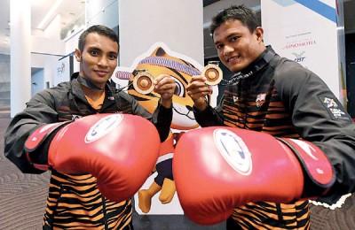 阿里亚库(左)和艾因卡马鲁丁为泰拳队贡献2金。