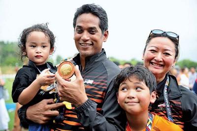 凯里与家人分享金牌喜悦。