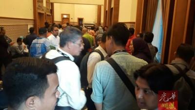 法庭外挤满依沙的跟随者。