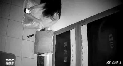 女性粉丝守在杨坤住处门外3单月,使得他不堪其扰。