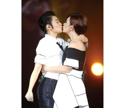 刘若英、梁静茹忘情接吻。