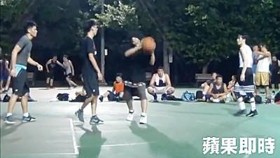 周董(右二)与老萧(右一)深夜相约打球。