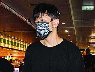 周杰伦低调戴口罩现身松山机场,他与蔡依林搭同班机离台。
