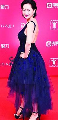 朱茵出席上海电影节闭幕式。