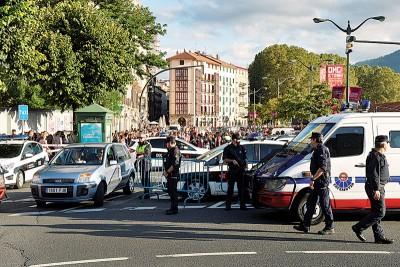 兰布拉购物大道遇袭后加强保护,大街小巷都来警察驻守。