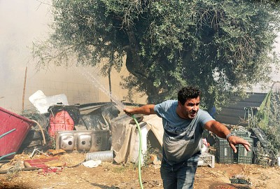 山火逼近居民用救无从。