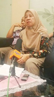 槟州立法议会反对党领袖拿督查哈拉在槟州国际机场贵宾室召开记者会。