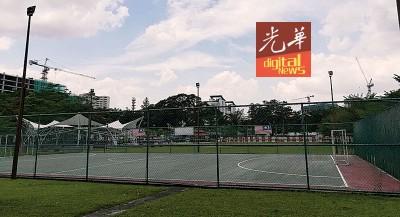 宗教学校学生疑遭外人阻止在小型足球场内踢球。