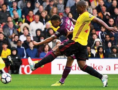 热苏斯(左)接阿奎罗传球破门。