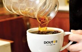 """Hand Brewed Coffee, Blend(R)-RM8.90 nett 一杯杯现点现冲的手冲咖啡是店内特色主打,""""甜很容易,好酸难得""""咖啡酸味巧妙隐藏,随着苦味褪去逐渐展露出头脚且丝毫不突兀,那无添加任何调味的纯净更是让人回味。"""