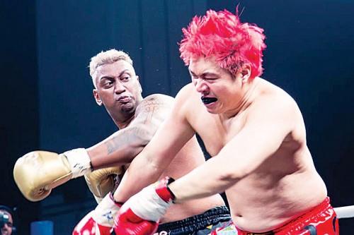 世界健美健身会会长(新加坡)帕迪(左),与网络艺人林宜傧在拳击赛中较量。