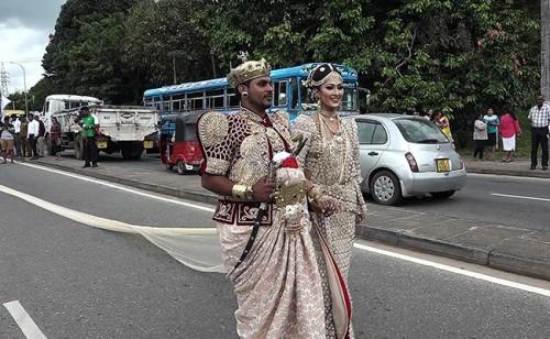 3.2公里的纱丽,发动250名女学生们上课时间去帮新娘拉。