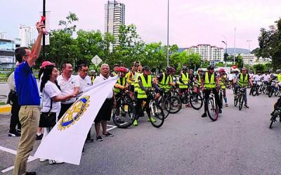 吴静绵(左2)、黄良好及陈颍椿为慈善脚踏车游主持挥旗礼。