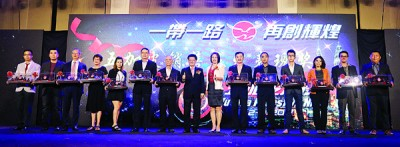 陈祈福(左8)、焦爱丽与五加皮销售杰出表现奖获奖者大合照。