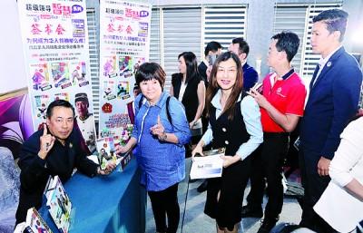 黄荣盛(左)在吉隆坡的签书会,吸引不少读者前来支持。
