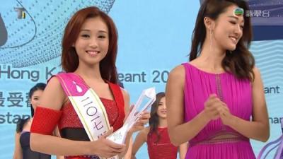 """张宝欣(左)夺""""Big Big Channel最受欢迎香港小姐"""",由姐姐张宝儿负责颁奖。"""