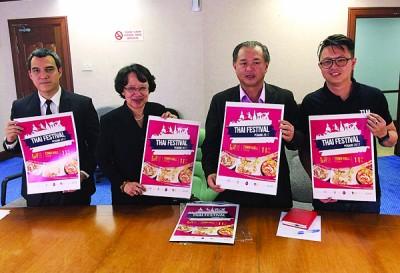 """罗兴强(右起)、伊珂姬、皮雅班及柯玟良,呼吁民众踊跃前来参与于8至10日所展开的""""2017年槟州泰国嘉年华会""""。"""