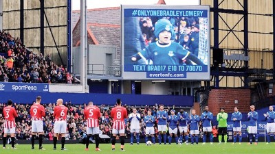 双方球员列队为大屏幕上的已故逊德兰小球迷布拉德利鼓掌。