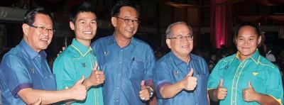 阿都卡林(左3)和砂州副首长拿督阿玛道格拉斯(右2)在砂州2015/16体育颁奖晚宴上,与罗梓畅(左2)和同样在吉隆坡东运会获得金牌的链球新锐王秀美(右)相见欢。