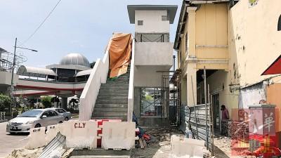 八爪鱼天桥位于车水路的登梯口,只见有楼梯设施,不见有手扶梯踪影。