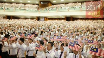 理科大学迎新周今日迈入第3天,一众挥舞国旗,齐唱爱国歌曲,场面热闹温馨。