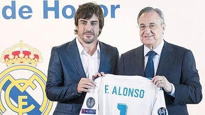 阿隆索(左)获得皇马球会主席佛罗伦蒂诺佩雷兹(右)赠送印有他名字的球衣。
