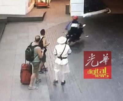 匪徒抢走游客的手机后迅速逃逸。