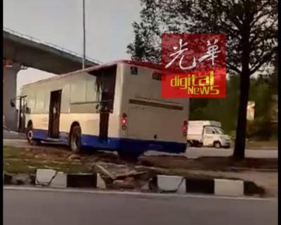 巴士司机硬闯分界岛,在路中央违规U转。