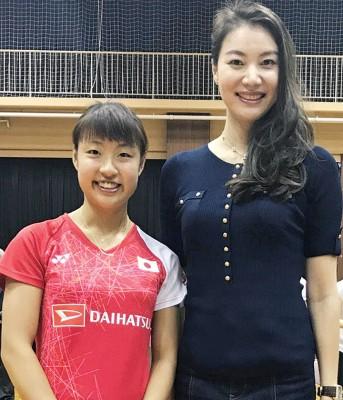 两代女单世界冠军谢杏芳与奥原希望(左)。