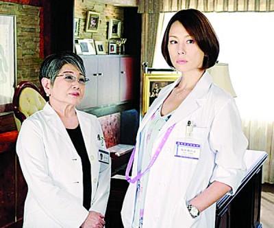 米仓凉子(右)因日猛《着女医》铺天盖地稳坐收视女王宝座,现行外型已跟出道当时发生鲜明变化。