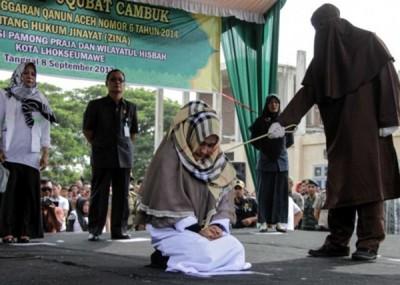 该名被指通奸的女子跪地接受笞刑。
