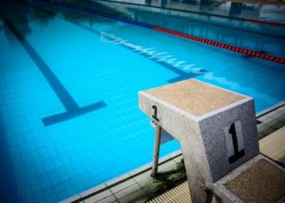 浙江一名男子在游泳馆跳水,头部撞向池底导致瘫痪。