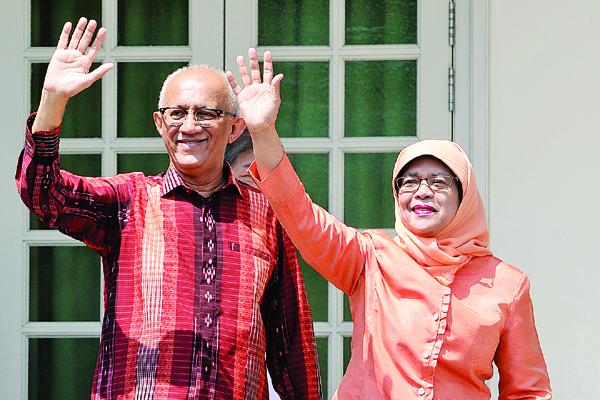 哈莉玛(右)与丈夫阿都拉抵达提名中心时,向支持者挥手致意。(法新社照片)