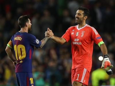 布丰(右)大度恭贺梅西。