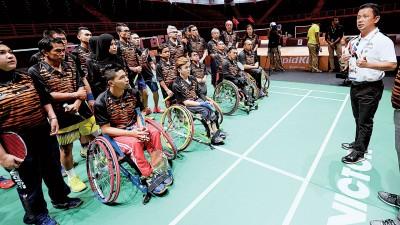 大马羽总会长拿督斯里诺扎探营时激励出征吉隆坡残疾东运会的国羽球员争取佳绩。