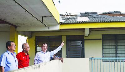 谢顺海(右2)指出遭受风灾破坏的组屋单位住家的屋顶,左起为陈保吉及赛阿里陪同。