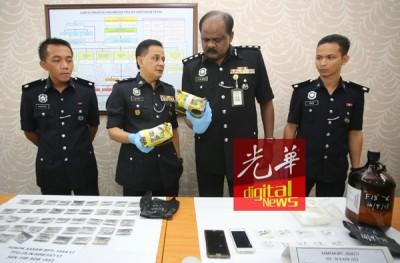 拉威(右2)与州肃毒组副主任拉迪夫警监(左2)指毒犯用茶叶袋包装毒品,企图转移警方视线。