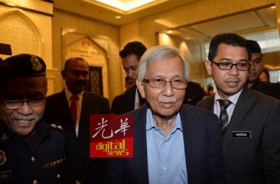 敦达因指国行没有向他汇报有关国行在1984年至1990年期间涉及的外汇交易,他的不知情说法,遭皇委会成员多番质疑。