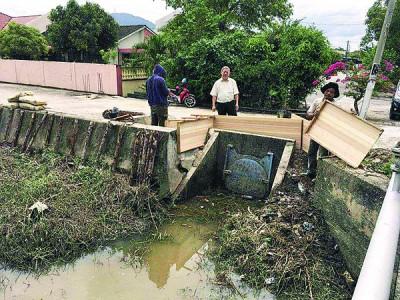 当局拆除损坏的结构,重新兴建更高的水泥河堤。