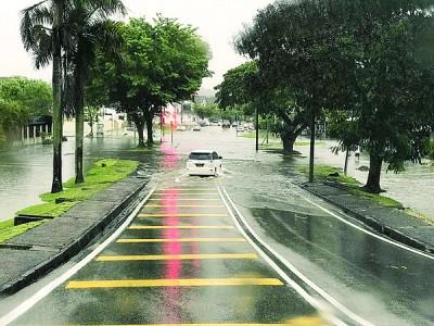 珍珠市登米盖路与罗弄登米盖1交界的十字路口,上周五一阵豪雨后淹水,陈宗兴献议加高路旁的沟堤。