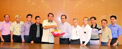 陈家权(右6)在理事成员的陪同下赠送纪念品予沙哈鲁丁(左5)。