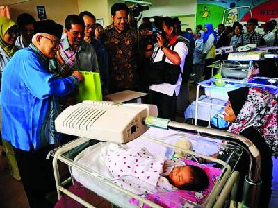 槟州元首敦阿都拉曼阿巴斯巡视威北甲抛峇底医院,阿菲夫、刘子健及希尔米陪同。