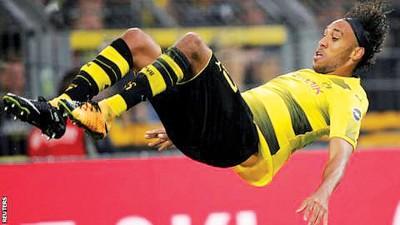 奥巴梅扬进球后又耍出凌空翻腾的招牌式庆祝动作。