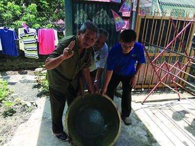 詹青山(左起),黄种源及张木辉向见记者指出,这个就是在武吉士南卯双溪姆拉河港口发现的疑是1812年中国清朝时代大粥锅。(档案照)
