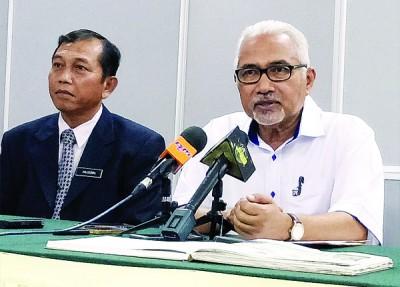 莫哈末哈欣(右)与媒体详谈选民登记的事宜;旁为伊斯兰教育师范学院院长胡申。